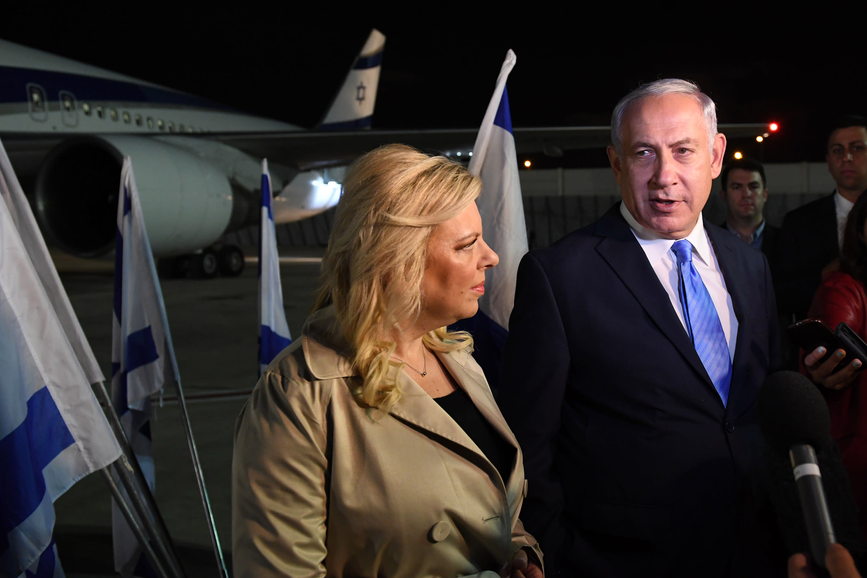 Prime Minister Benjamin Netanyahu and wife Sara board plane to London on November 1, 2017. (GPO)