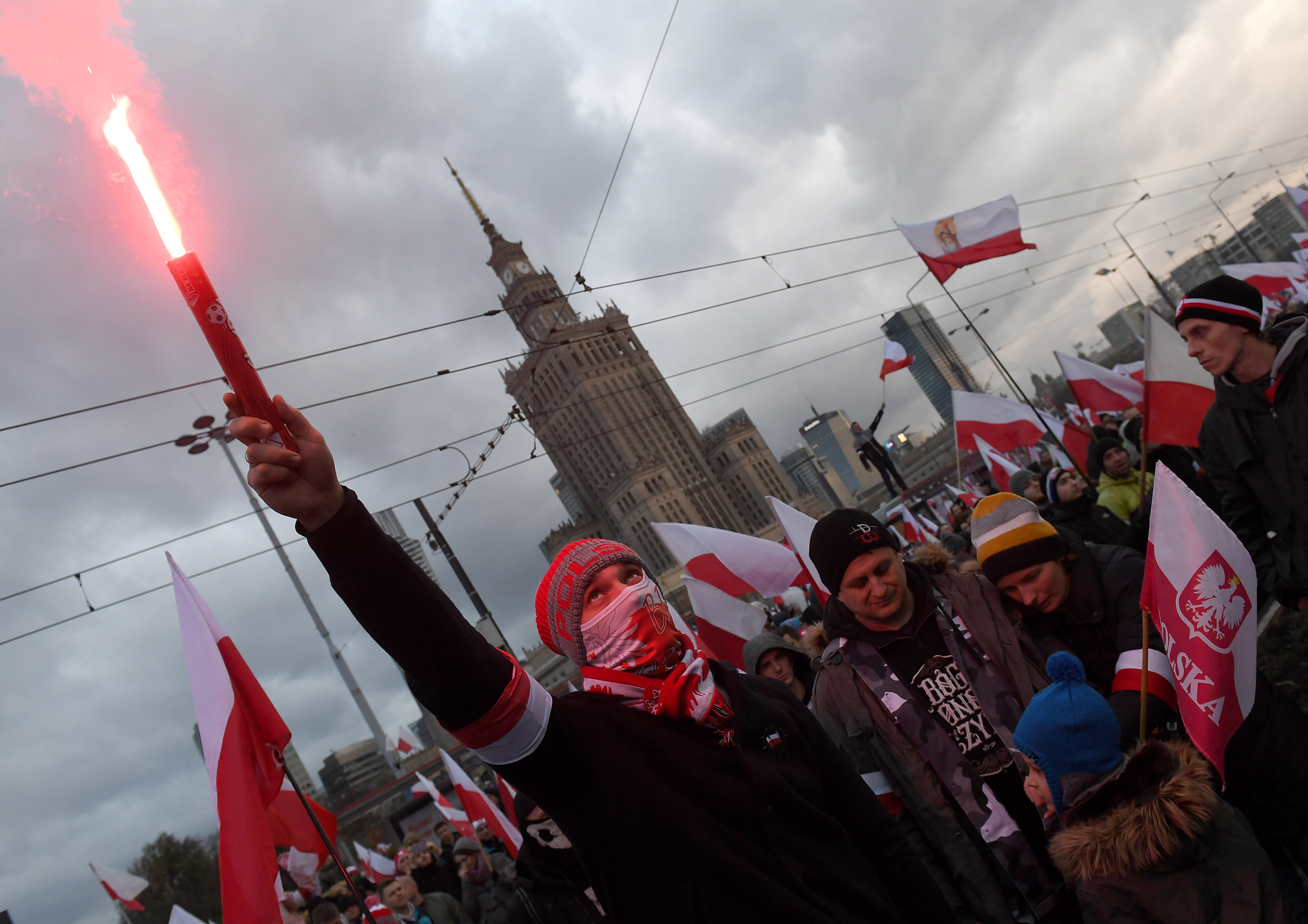 Demonstrators burn flares and wave Polish flags during Poland's Independence Day in Warsaw (AFP PHOTO/JANEK SKARZYNSKI)