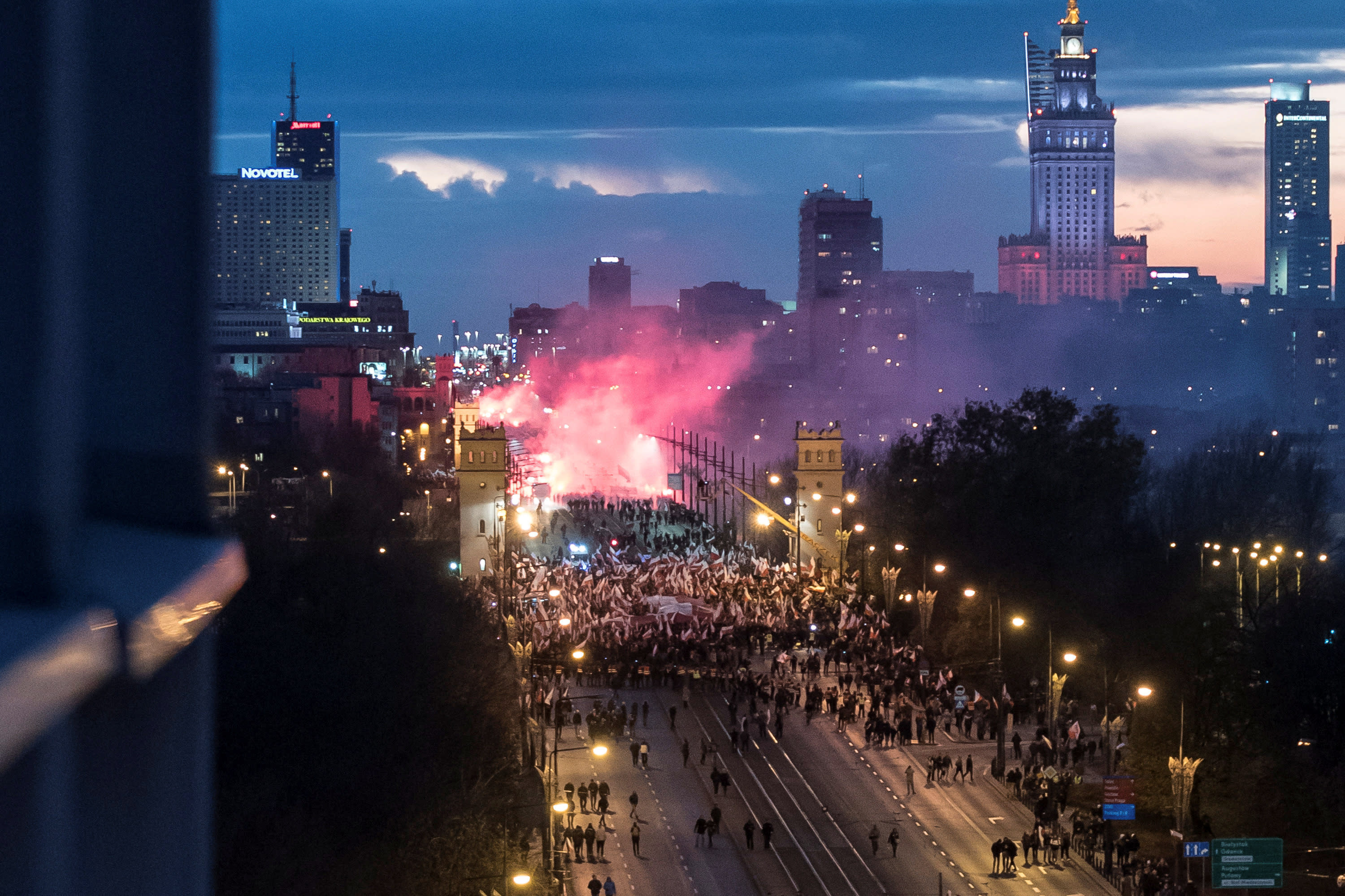 Demonstrators burn flares and wave Polish flags during Poland's Independence Day in Warsaw (AGENCJA GAZETA/FRANCISZEK MAZUR VIA REUTERS)