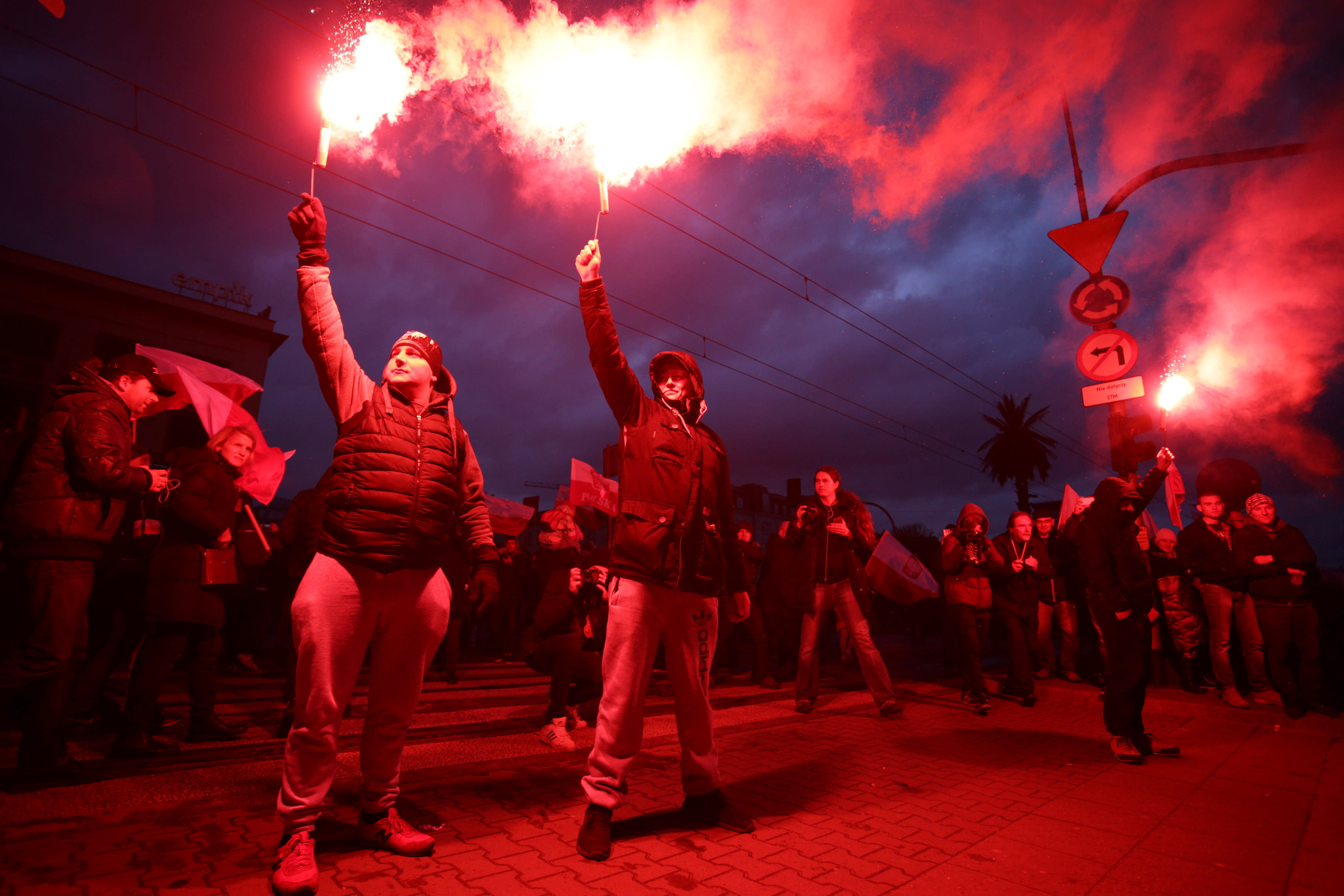 Demonstrators burn flares and wave Polish flags during Poland's Independence Day in Warsaw (AGENCJA GAZETA/ADAM STEPIEN VIA REUTERS)