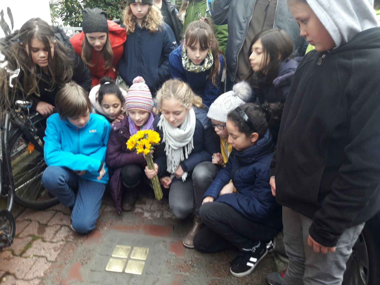 School children visit the memorial for Karolina Cohn and her family, all victims of the holocaust (TAMARA ZIEVE)