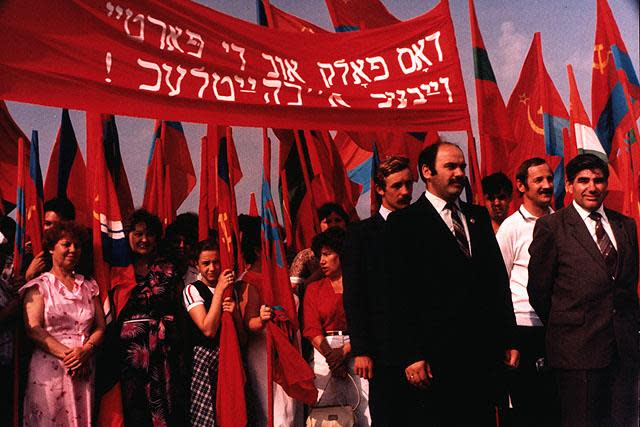 "Marching towards the War Memorial, Birobidzhan, USSR 1987. The banner, in Yiddish reads: ""The People and the Party are United"" (NORMAN GERSHMAN/COURTESY OF OSTER VISUAL DOCUMENTATION CENTER AT BEIT HATFUTSOT)"