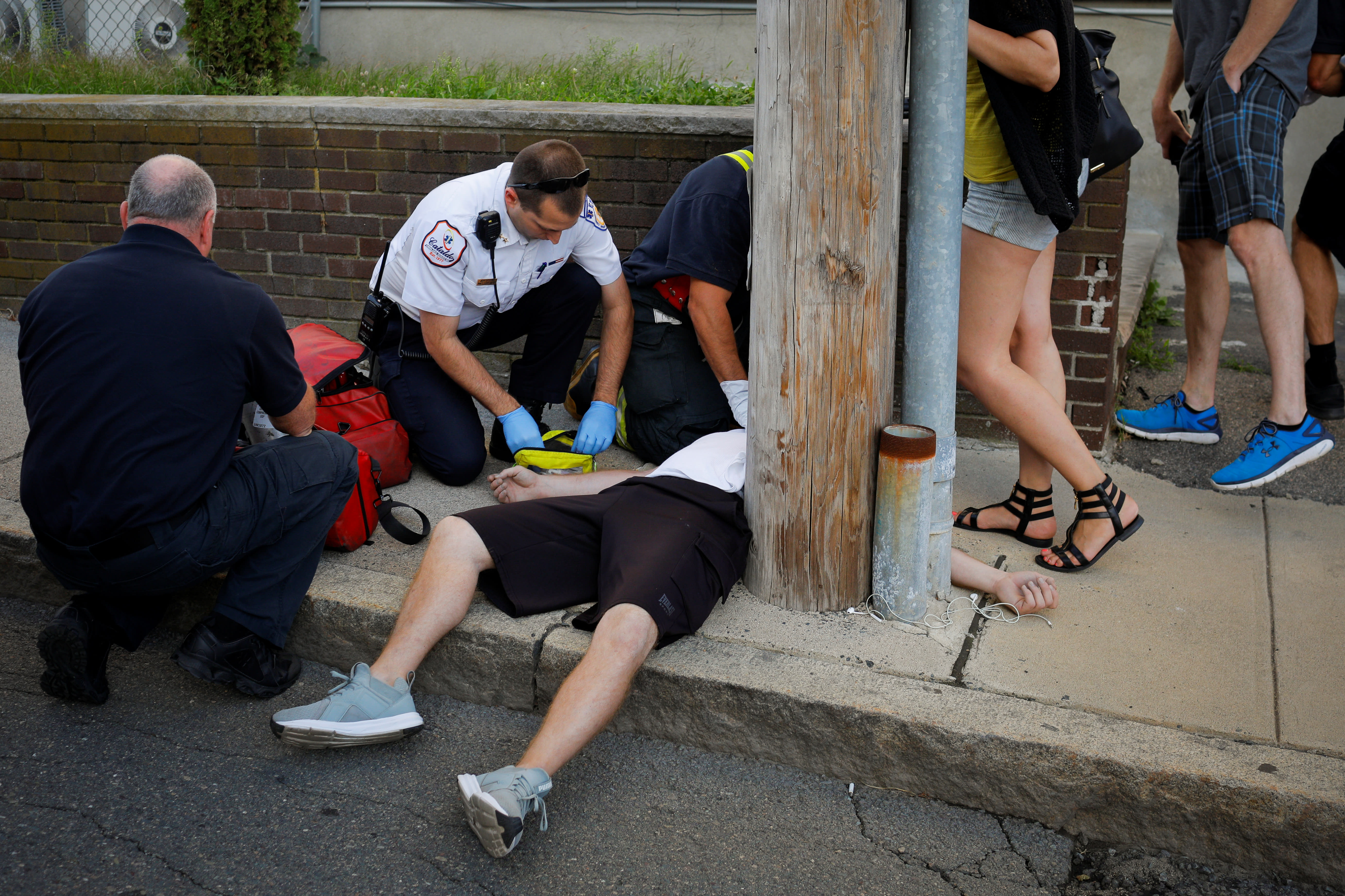 Cataldo Ambulance medics and other first responders revive a 32-year-old man who was found unresponsive and not breathing after an opioid overdose on a sidewalk in the Boston suburb of Everett, Massachusetts, U.S., August 23, 2017. (REUTERS/BRIAN SNYDER)
