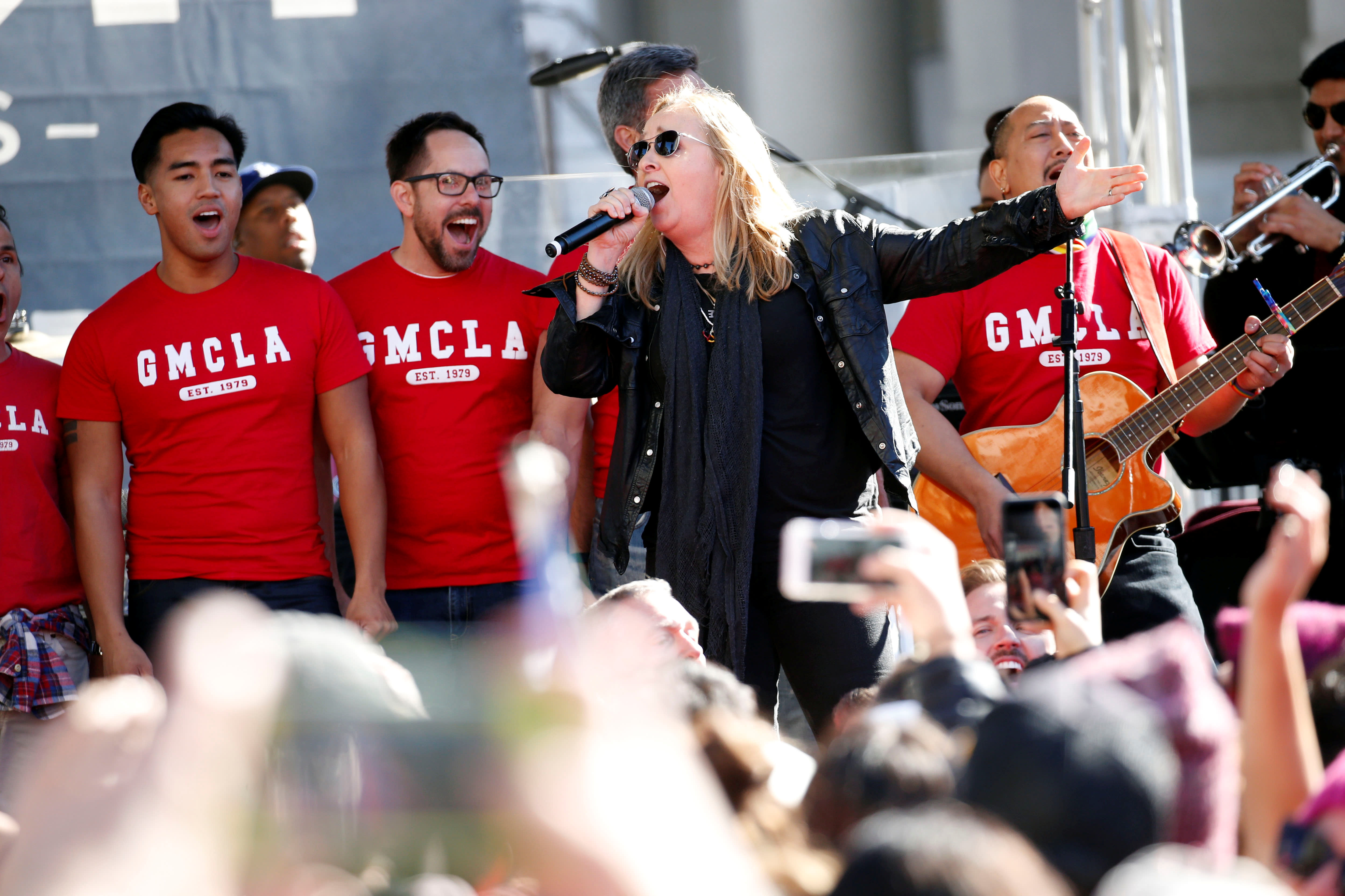 Melissa Etheridge performs with The Gay Men's Chorus of Los Angeles at the second annual Women's March in LA (REUTERS/Patrick T. Fallon)