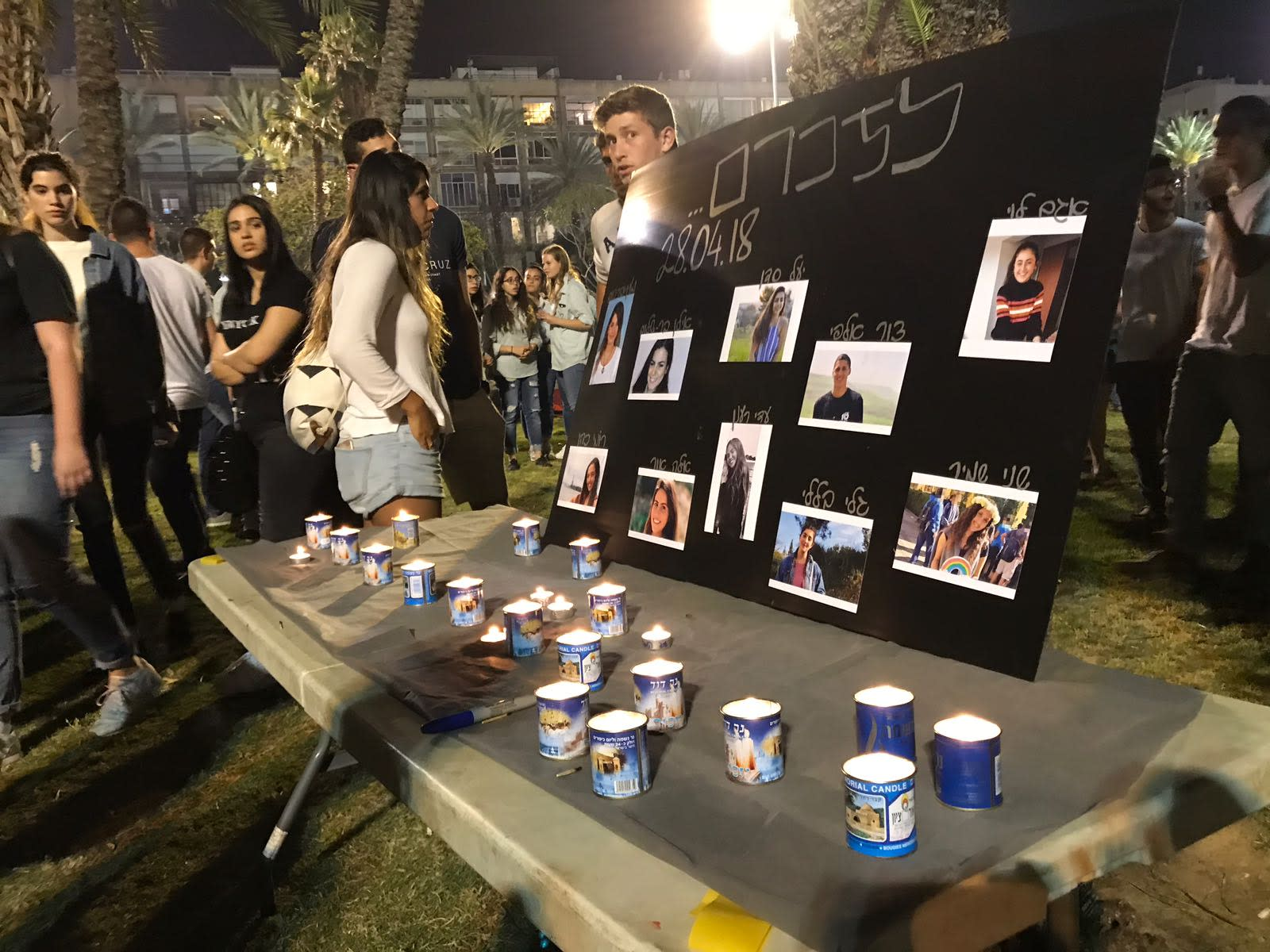 Hundreds of teenagers gathering in circles Tel Aviv's Rabin Square, in memory of those killed in the Tzafit canyon flood disaster. (AVSHALOM SASSONI/MAARIV)