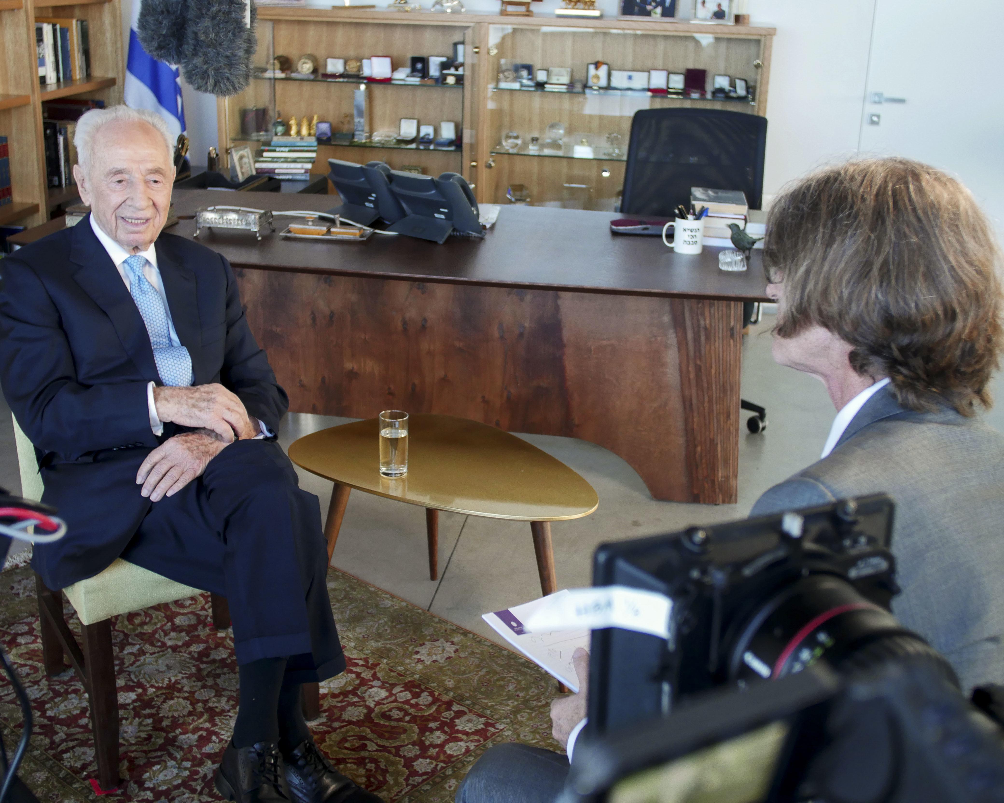 Trank interviews Shimon Peres about David-Ben Gurion in 2016 (credit: Moriah Films)