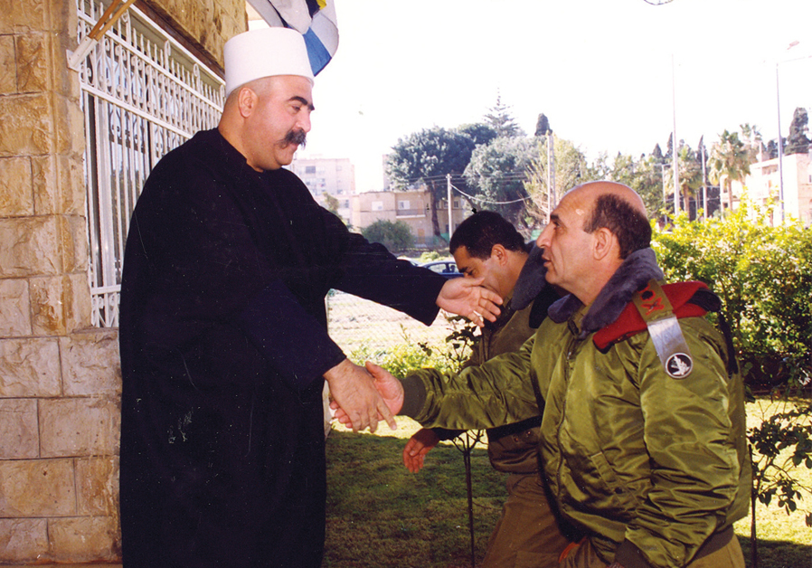 SHAUL MOFAZ, then IDF chief of general staff, meets with a Druze religious leader in the North in 2000. (ARIEL TEGER/IDF SPOKESMAN'S UNIT)