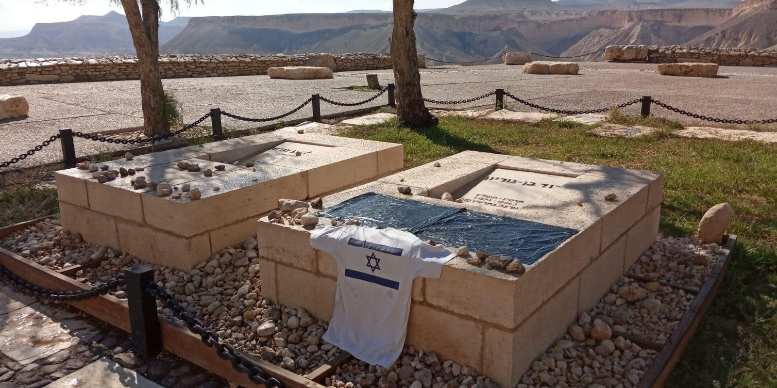 Black flag in protest of Prime Minister Benjamin Netanyahu placed on the grave of Israel's first prime minister, David Ben-Gurion, March 22, 2020 (Photo Credit: Protest Organizers)