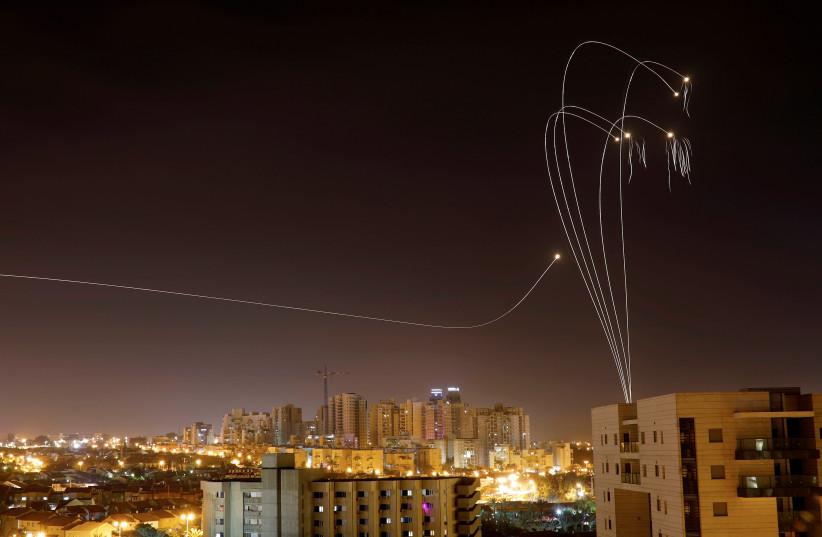 O sistema anti-míssil Ron Dome dispara mísseis de interceptação quando foguetes são lançados de Gaza em direção a Israel, visto da cidade de Ashkelon, Israel Ashkelon (crédito da foto: AMIR COHEN / REUTERS)