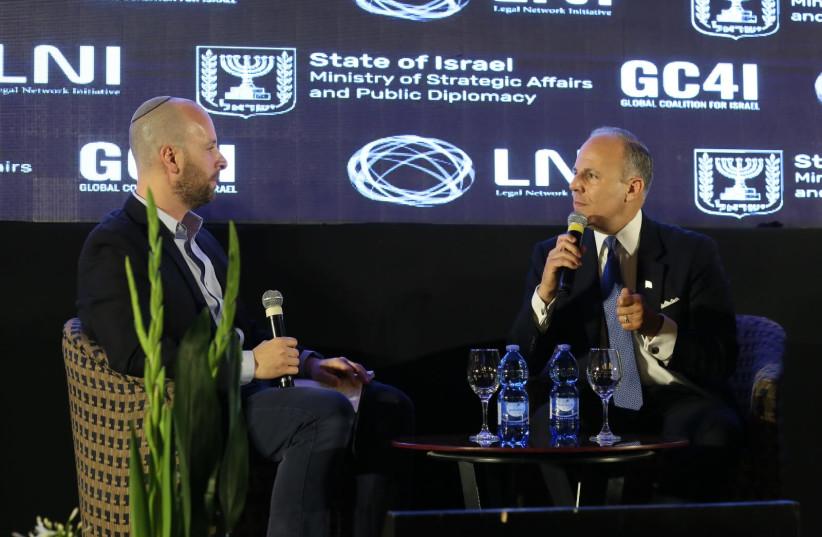 Envoyé spécial des États-Unis pour la surveillance et la lutte contre l'antisémitisme, Elan Carr est interviewé par Yaakov Katz, rédacteur en chef du Jerusalem Post, à la conférence GC4I à Jérusalem (crédit: MIRI SHIMONOVICH / GPO)