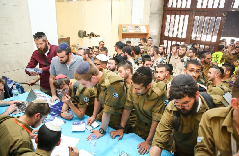 Des centaines d'anciens combattants Haredi des FDI ont participé au salon de l'emploi et de la recherche universitaire «Profession for a Lifetime» à Jérusalem (crédit photo: ITZIK BELNITSKY / MINISTÈRE DE LA DÉFENSE)