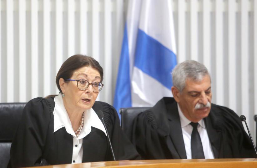 SUPREMO TRIBUNAL Presidente Esther Hayut divide o banco com a juíza Uri Shoham.  (crédito da foto: Cortesia)