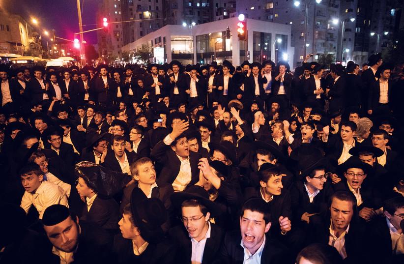 Homens ultraortodoxos protestam em Jerusalém em novembro passado (crédito da foto: RONEN ZVULUN / REUTERS)