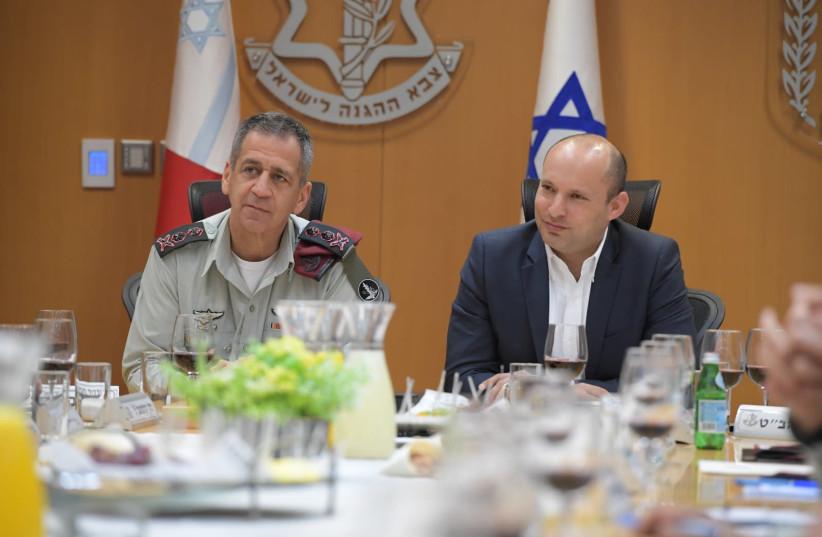 Le ministre de la Défense, Naftali Bennett (à droite) et le chef d'état-major des FDI, Aviv Kochavi (à gauche) (photo: UNITÉ DU PORTE-PAROLE DE L'IDF)