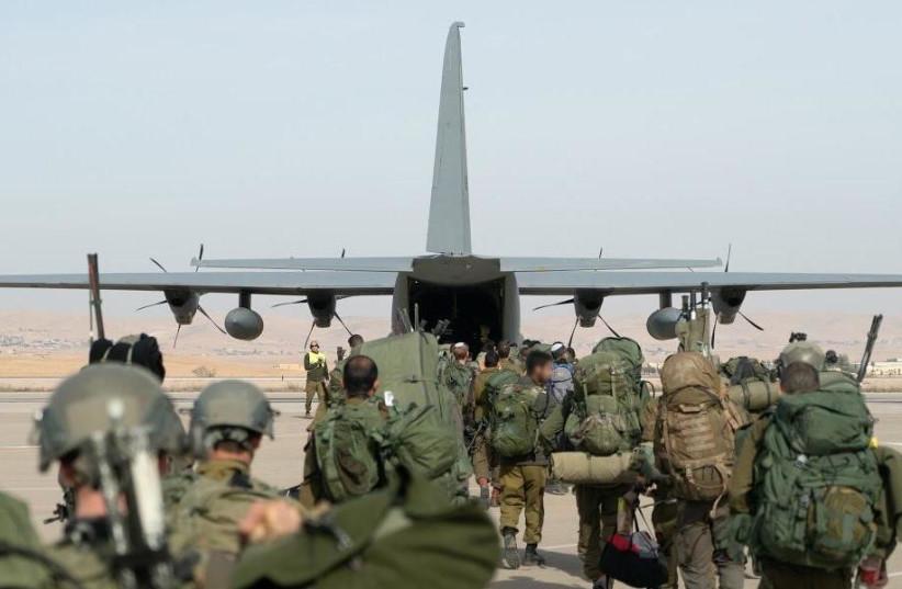 """Des soldats des opérations spéciales montent à bord d'un avion cargo dans le cadre de l'exercice conjoint """"Game of Thrones"""".  06.12.19 (crédit photo: UNITÉ DU PORTE-PAROLE DE L'IDF)"""