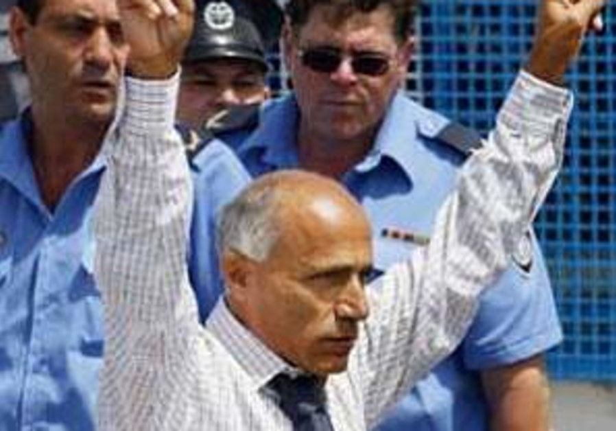 Vanunu back in jail for violating parole