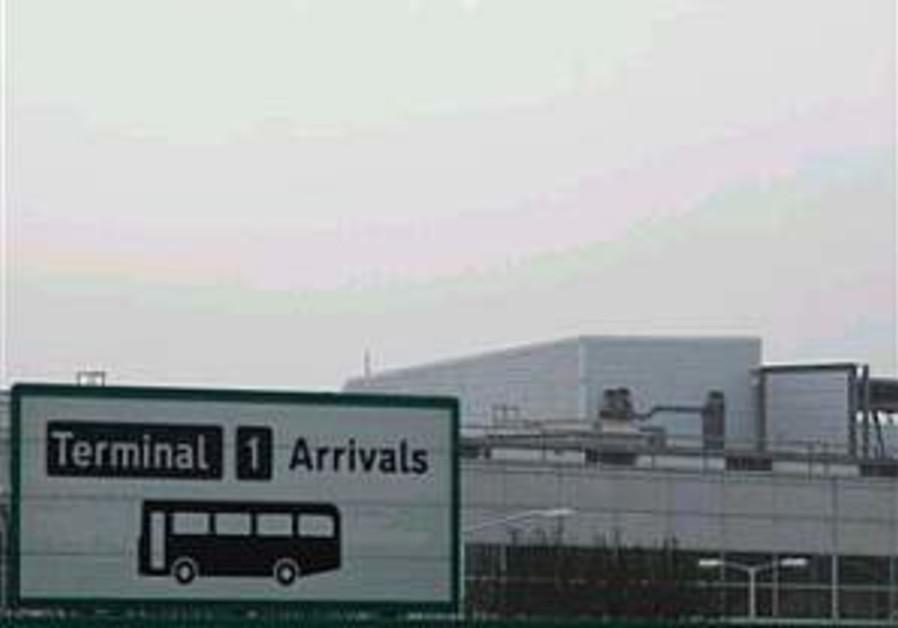 Fog strands thousands of passengers at Heathrow