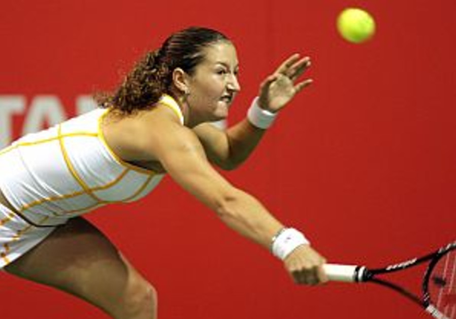 Tennis: Safina ousts Pe'er, then beats Hingis in Gold Coast final