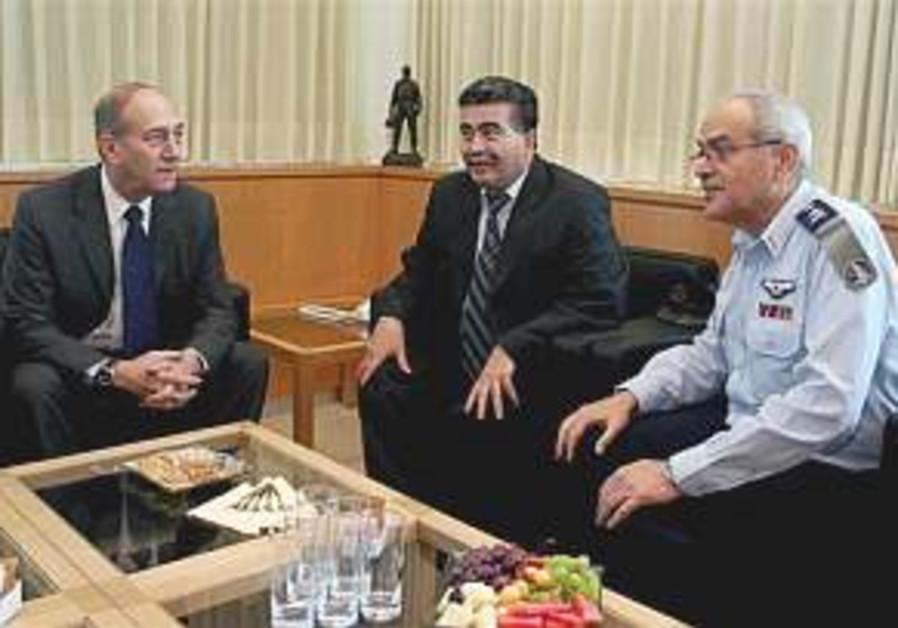Associates of PM say Olmert won't quit
