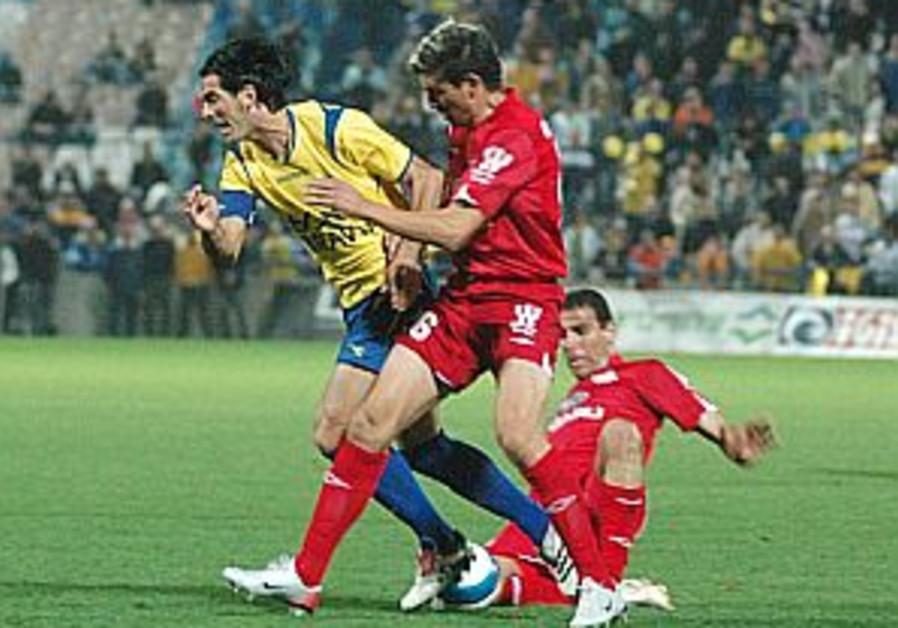 Soccer: Maccabi, Hapoel draw in TA derby
