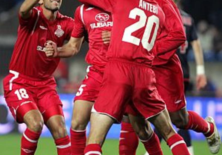 Soccer: Hapoel Tel Aviv rises, Maccabi Tel Aviv falls