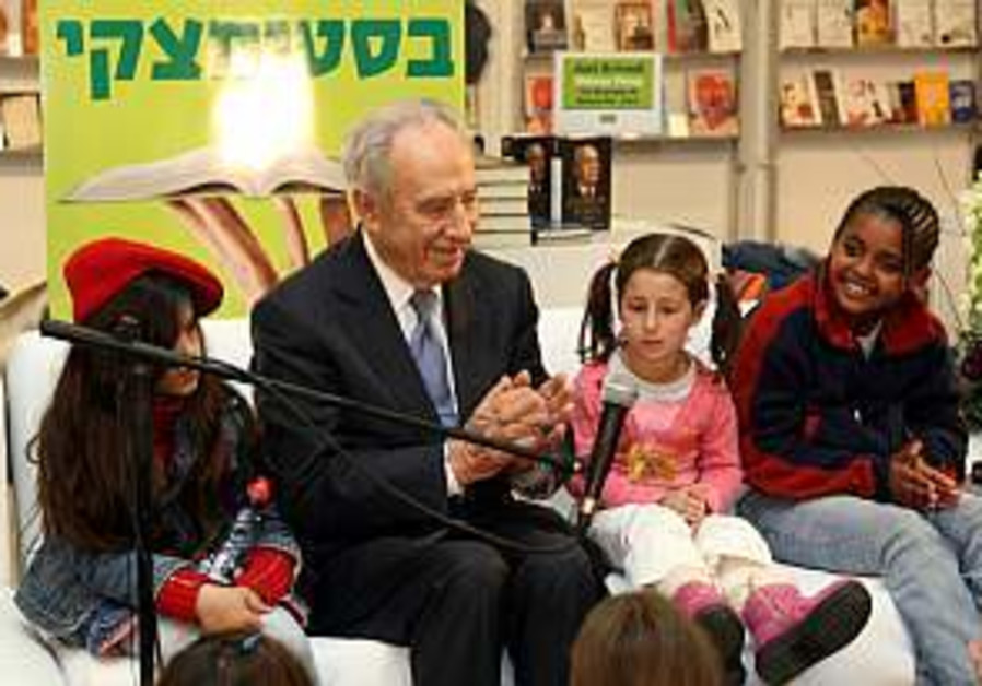 Peres gets reading on kids' favorite books