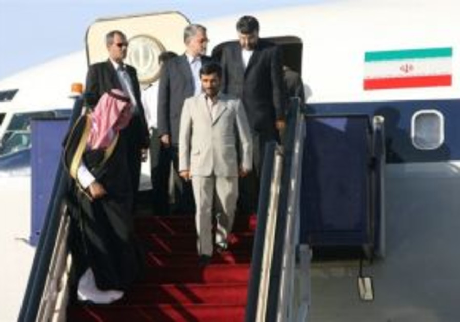 Ahmadinejad arrives in Saudi Arabia