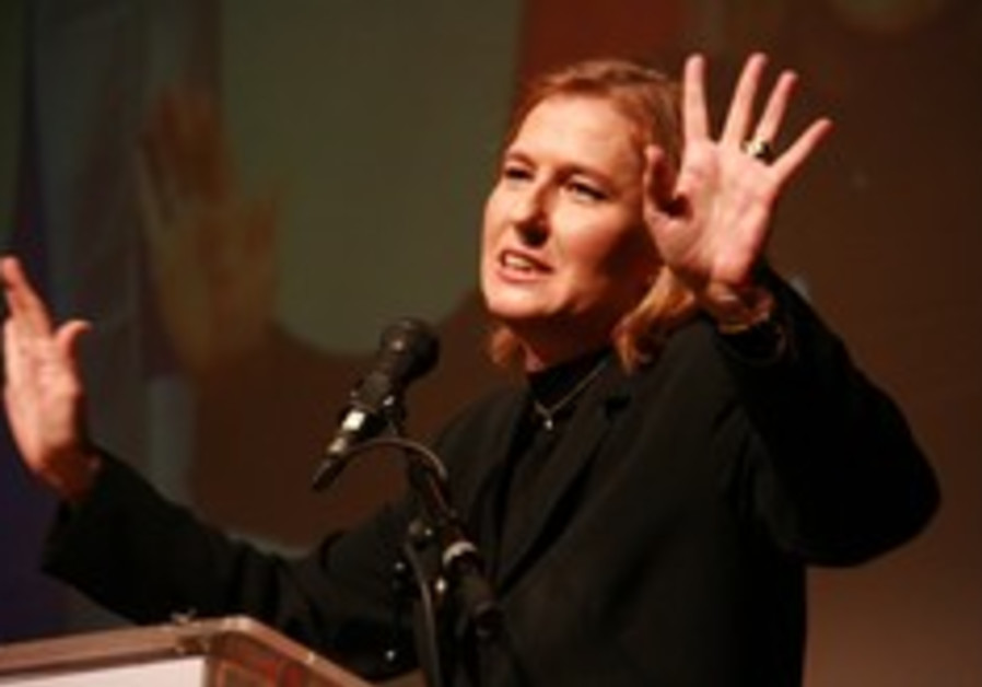 livni how many fingers