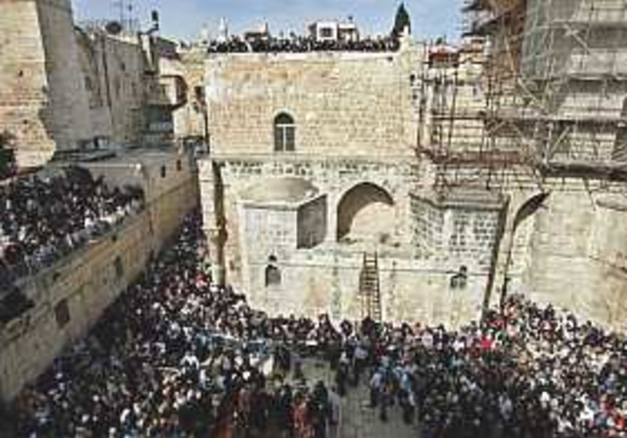 Scores of Christians gather in J'lem