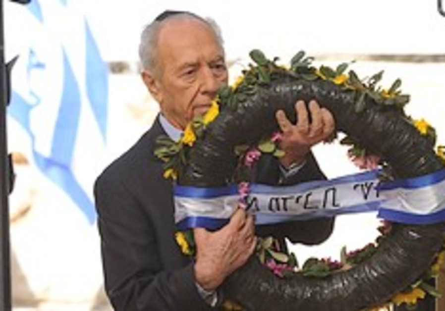 Peres lays wreath at Ben-Gurion grave 24