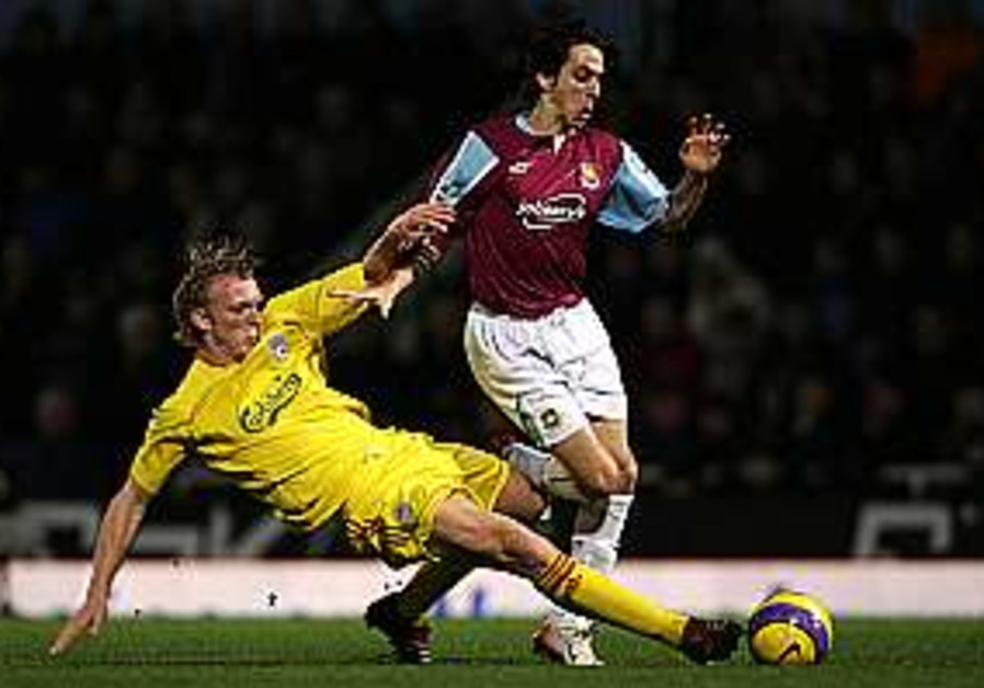 Benayoun signs new deal with West Ham