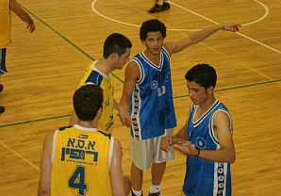 Israelis and Palestinans play ball for peace