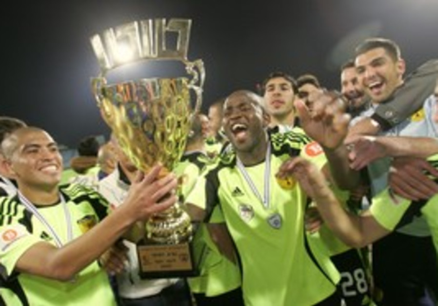 Betar Jerusalem's players celebrate with the Toto