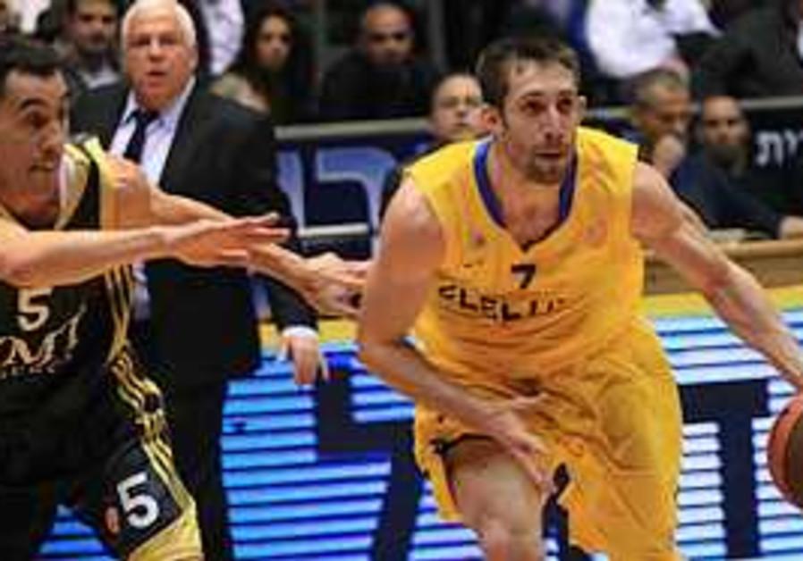 Maccabi TA's Wisniewski drives forward