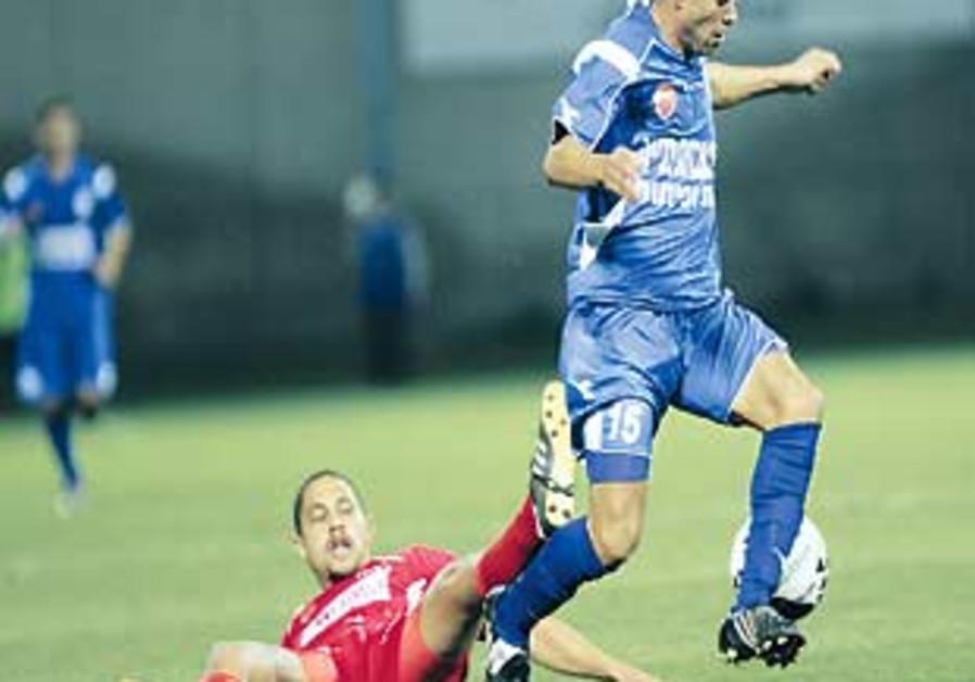 Bnei Lod striker Morad Abu Hansa (in blue).