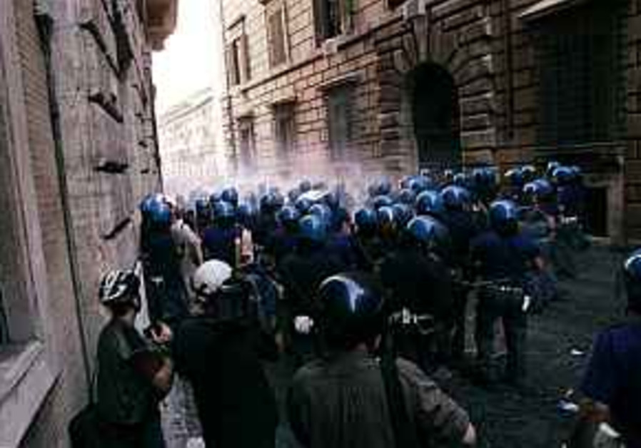 Italian Police use tear gas against anti-Bush protesters