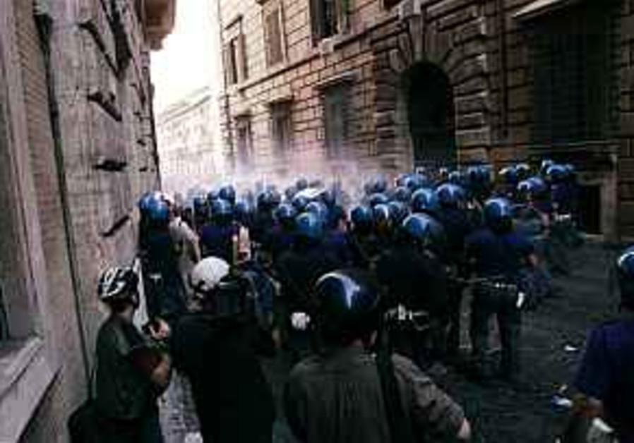 Italian Police use tear gas against anti-Bush protesters