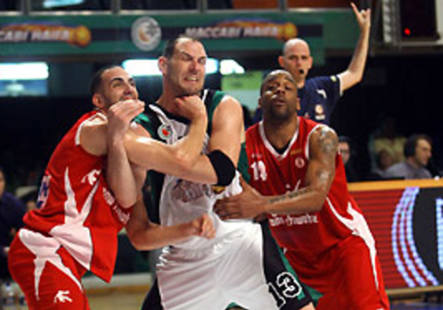 Maccabi Haifa big man Ido Kozikaro (center) battle