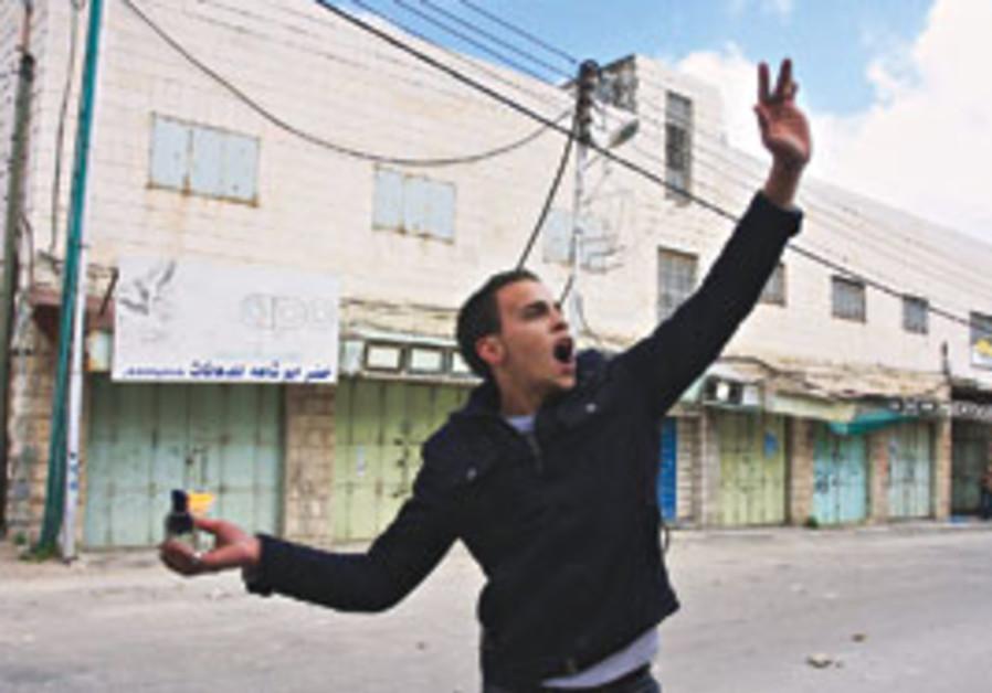 Palestinian hurls molotov cocktail in Hebron