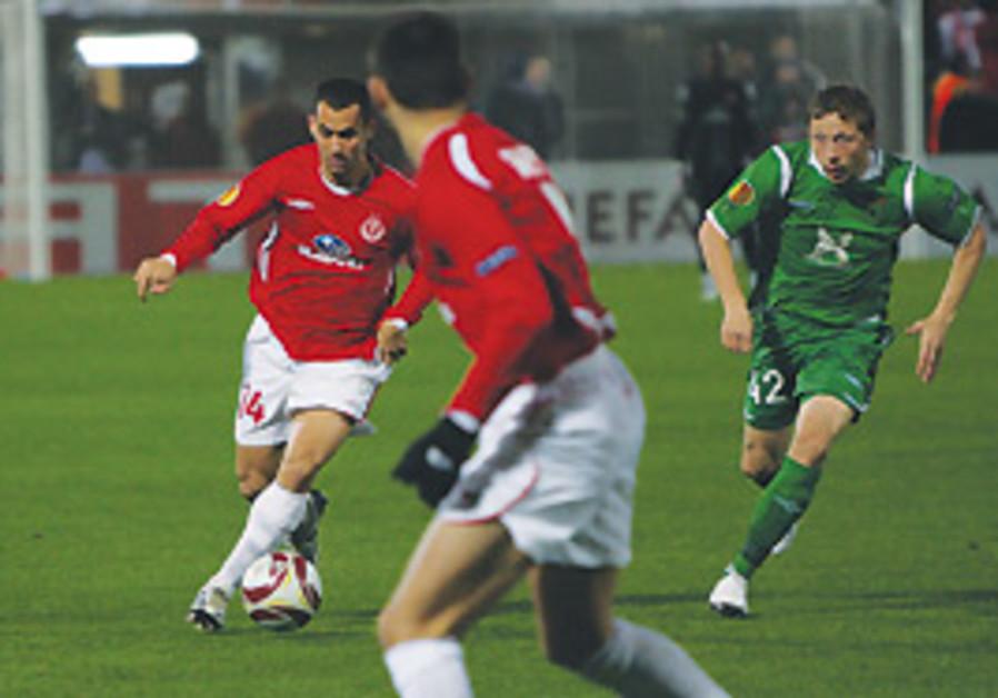 Hapoel Tel Aviv midfielder Gili Vermut (with ball)