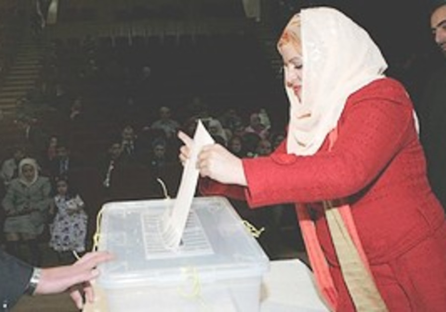 An Iraqi woman living in Amman casts her vote.