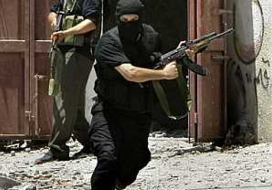 Hamas men arrest Islamists behind attacks on cafes