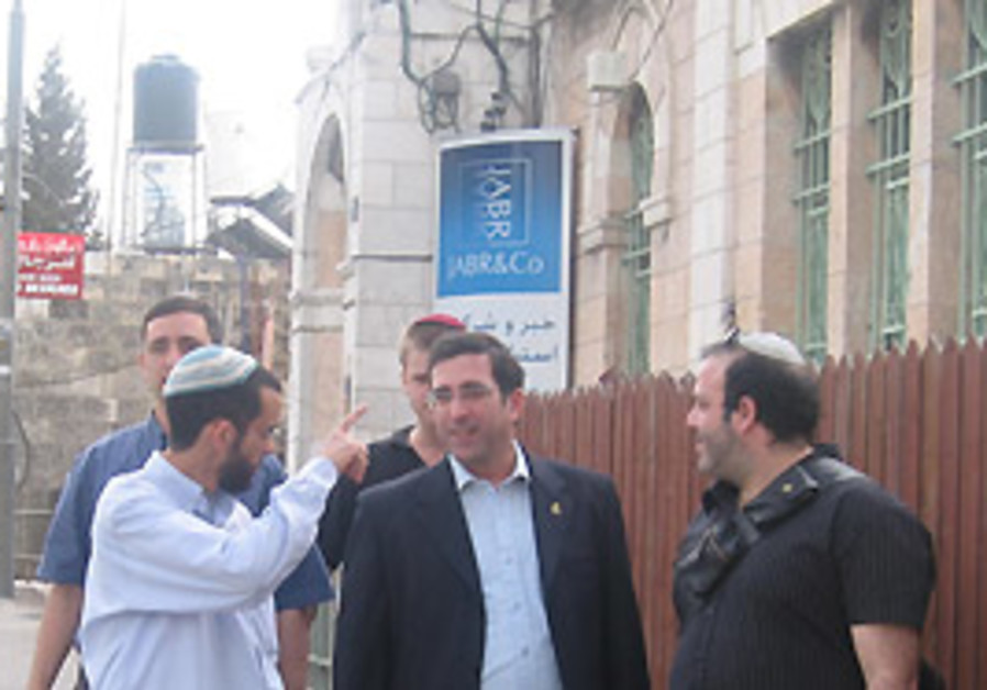 Jerusalem Deputy Mayor David Hadari (NRP), center,