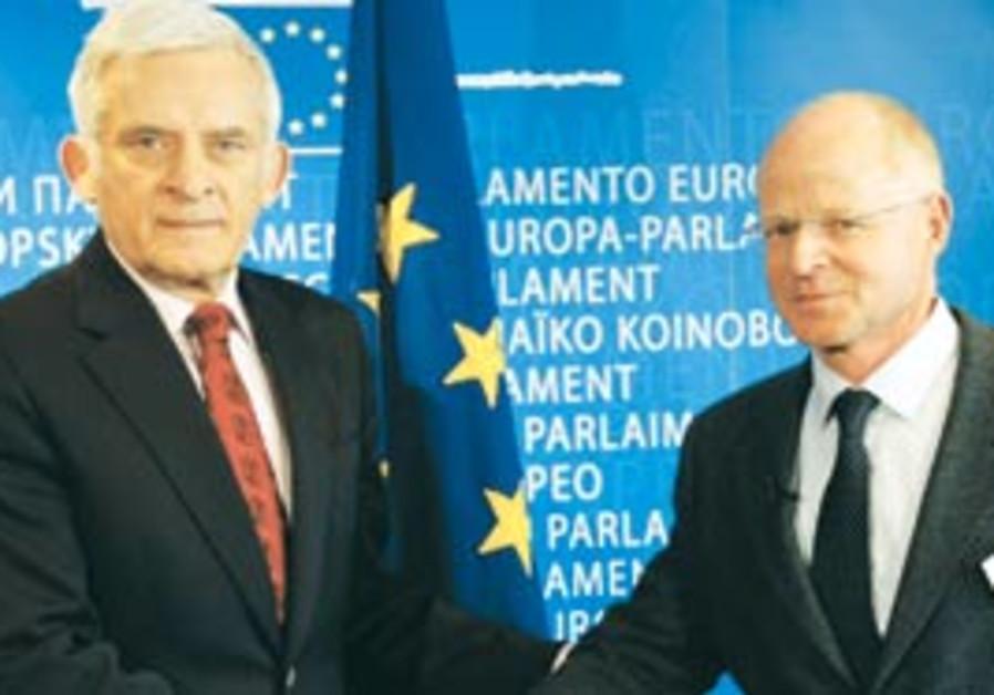 The president of the EU Parliament, Jerzy Buzek (l