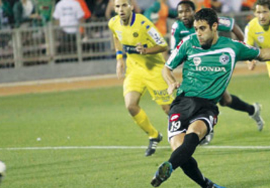 Maccabi Haifa striker Shlomi Arbeitman shoots on g
