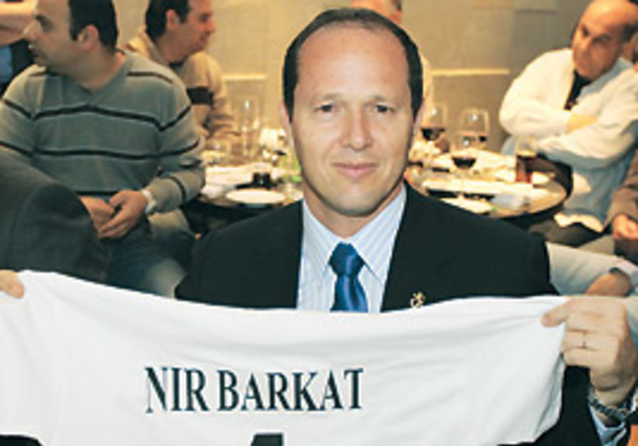 Jerusalem Mayor Nir Barkat shows off a t-shirt pro