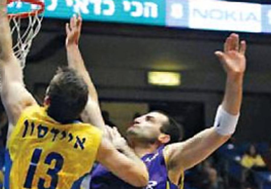 Maccabi Tel Aviv's Chuck Eidson dunks the ball.