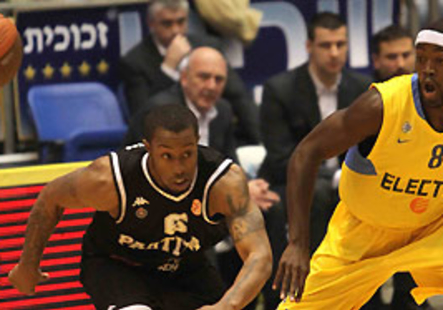 Maccabi Tel Aviv guard Doron Perkins (right) loses