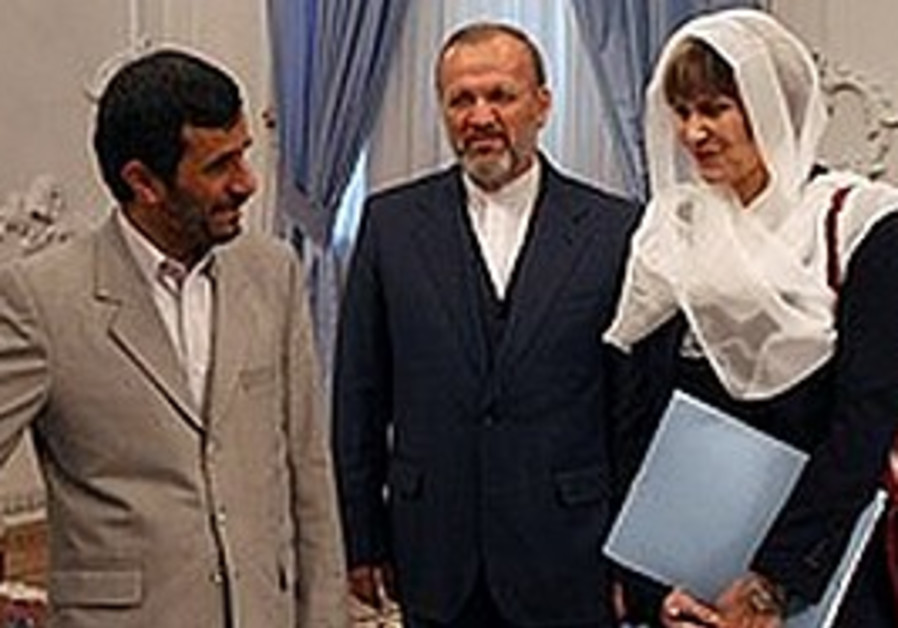 Ahmadinejad gestures to Swiss FM Micheline Calmy-R