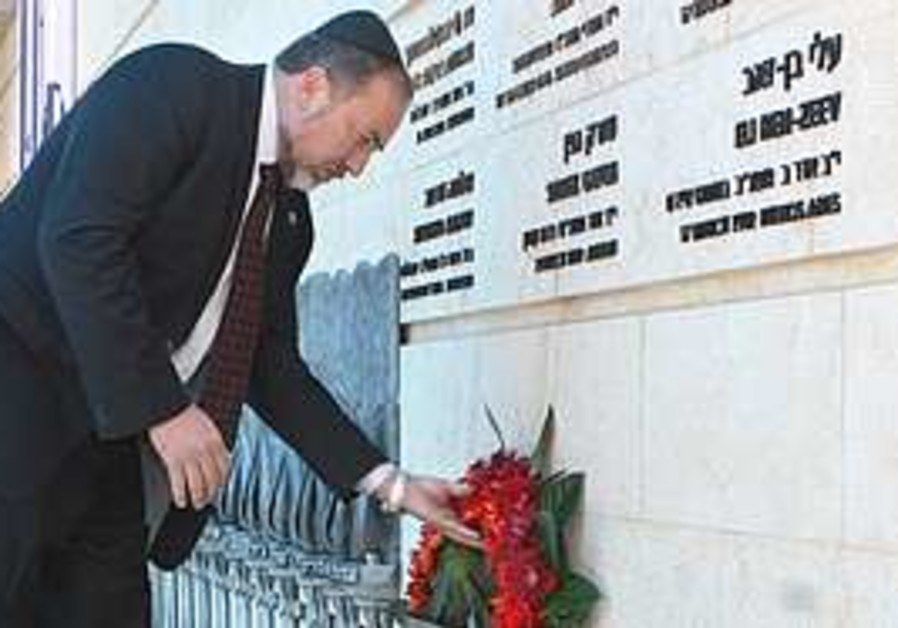 Lieberman lays wreath at Foreign Ministry memorial